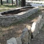 Клумба из натурального камня плитняка гранитного фото